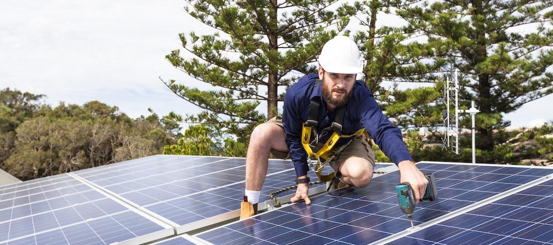 installatör utför en solcellsinstallation