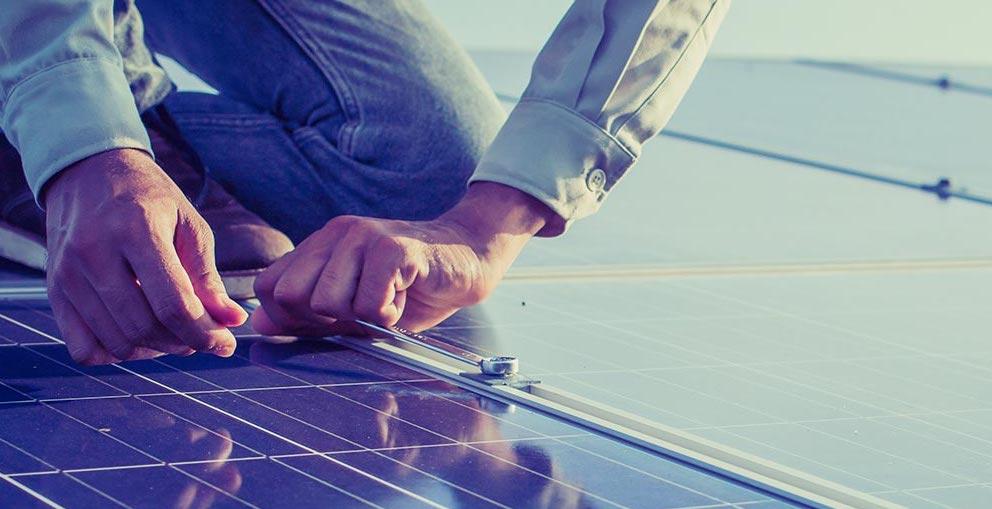 Solceller installation på villatak