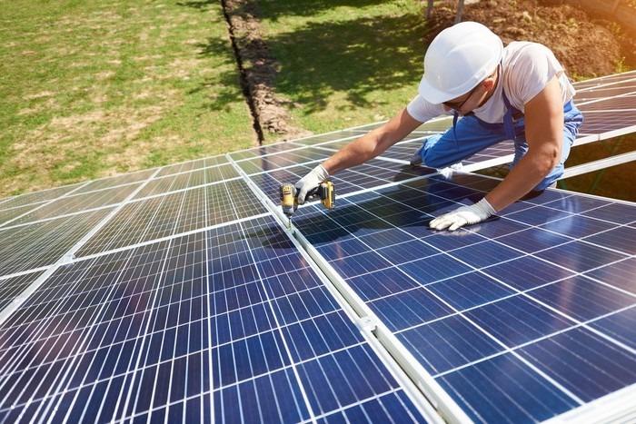 En installation av solceller på ett tak.