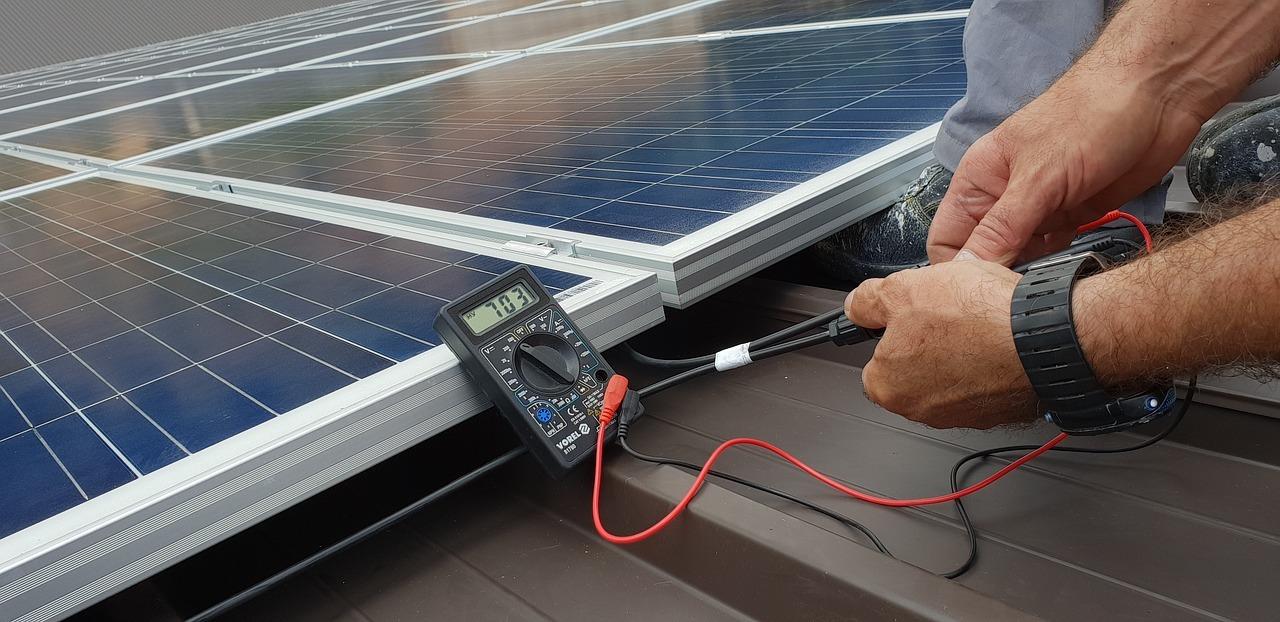 Installation av solpaneler på ett villatak