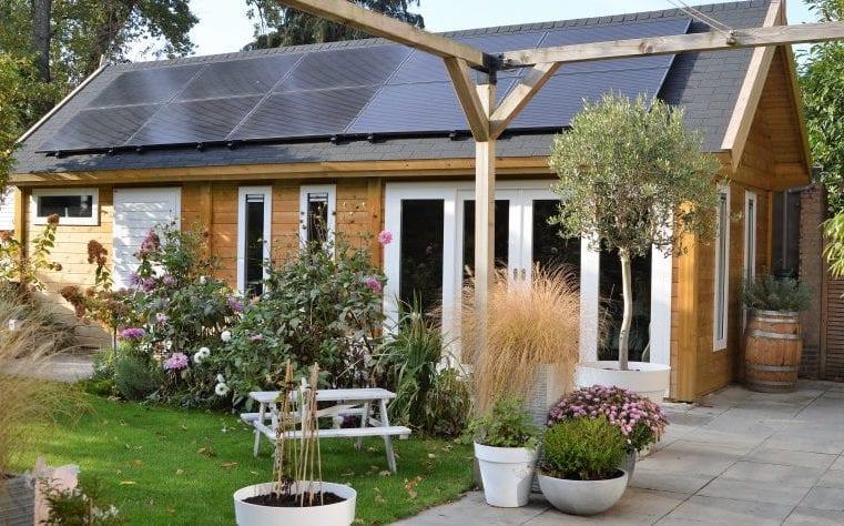 En stuga med solceller på
