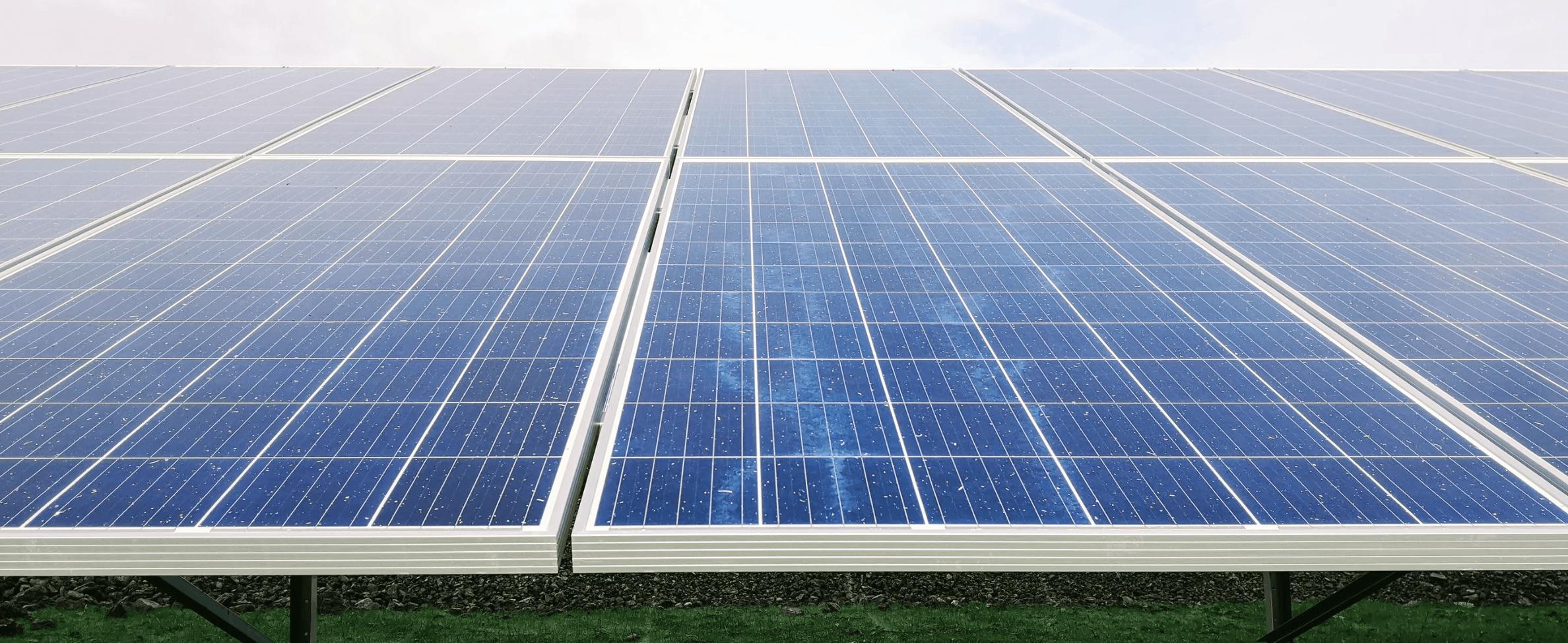 En solcellsanläggning installerad på marken