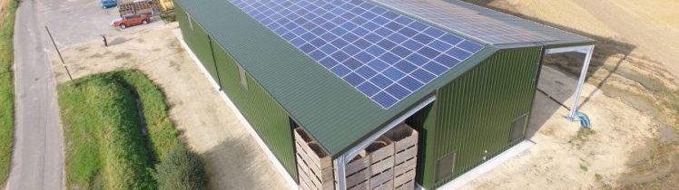 Solceller på taket av en jordbruksfastighet
