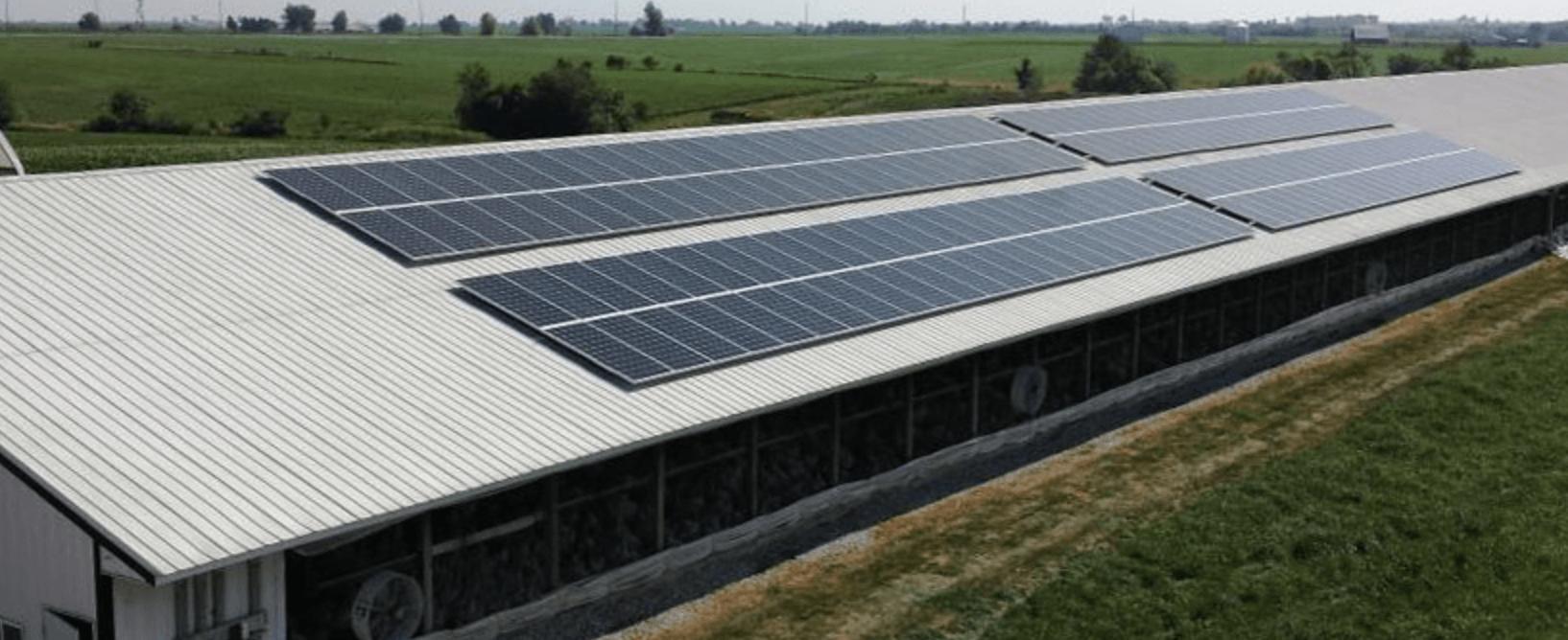 Solceller på taket av en lada