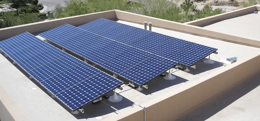 Solceller installerade på platt tak