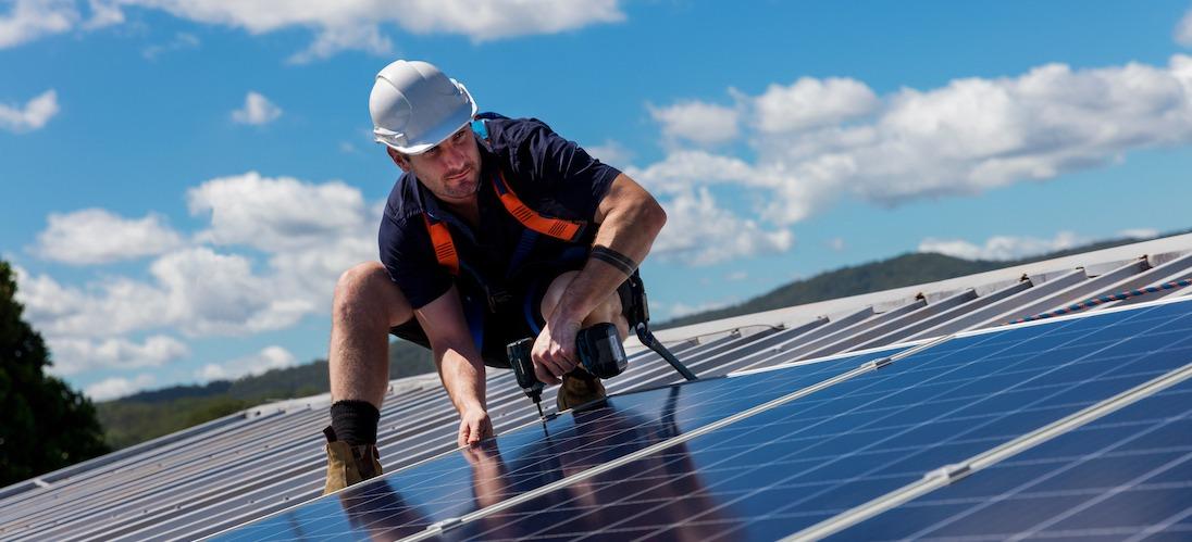 En anställd på ett solcellsföretag