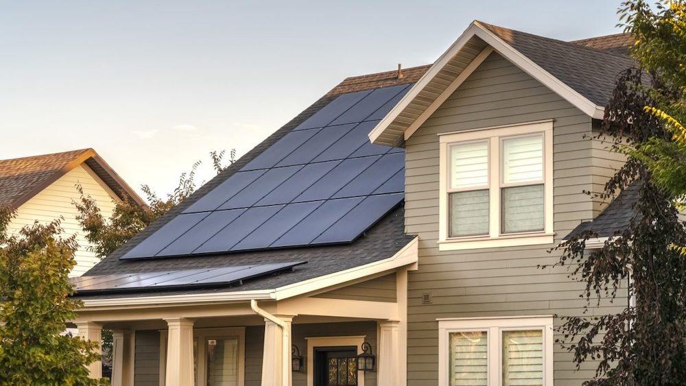 solpaneler på ett tak