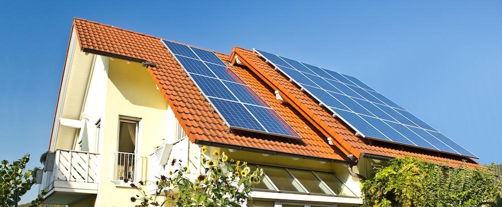 lutande solpaneler på tak